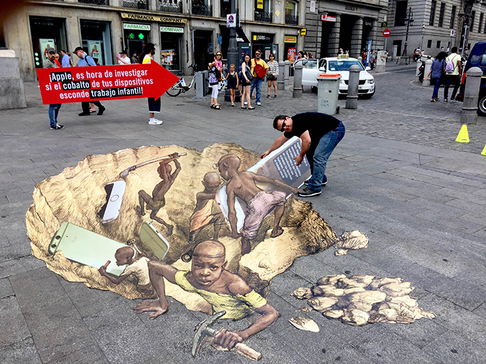 Amnesty supporters stage a public action in front of the Apple store in Madrid, Spain,  June 2016. © Eduardo Relero
