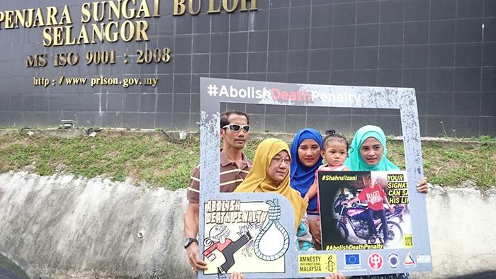 Shahrul Izani's family outside Sungai Buloh Prison, Malaysia, where he is held. © Amnesty  International Malaysia