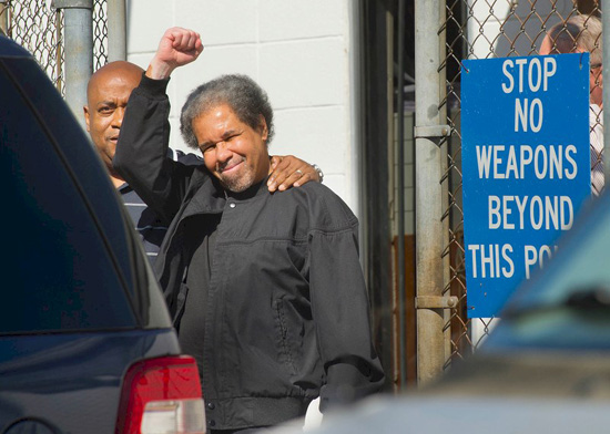Albert Woodfox raises a fist as he walks out of West Feliciana Detention Centre, Louisiana, USA, after spending 44 years in solitary. © Travis Spradling/The Advocate via AP