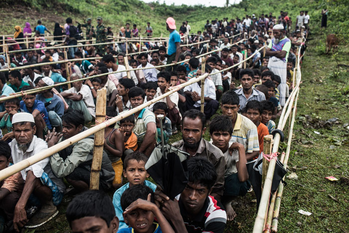 Rohingya refugees lined up to receive supplies