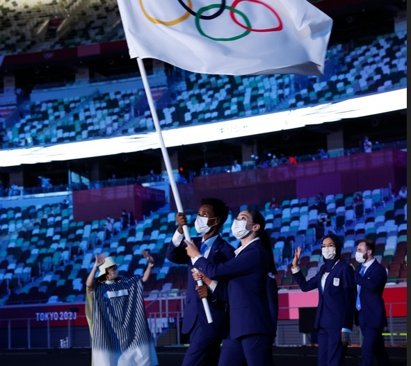 Flag bearers Yusra Mardini and Tachlowini Gabriyesos of The Refugee Olympic Team during the Opening Ceremony of the Tokyo 2020 Olympic Games